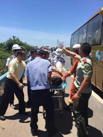 东线高速客车追尾撞上货车,4人受伤,事发后,交警、消防、医疗等部门立即赶到现场救援。海南日报记者李关平摄