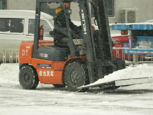 专家点评:在扫雪安全宣传中我们又看到了这台萌萌的叉车,看起来搬运的集装箱开箱估计都是它完成的,然后他仍然没有任何的安全防爆措施……