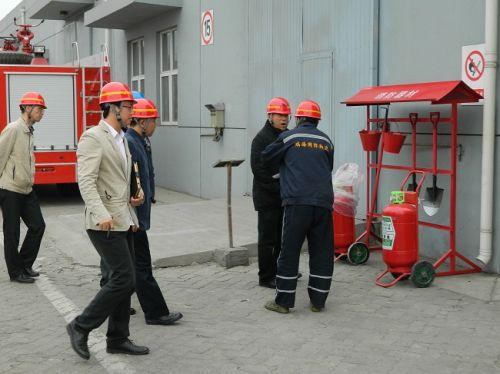 专家点评:沙箱呢?桶为什么是空的,消防安全要求起火源50m内必须有灭火器,但是建筑物必须在楼内有。