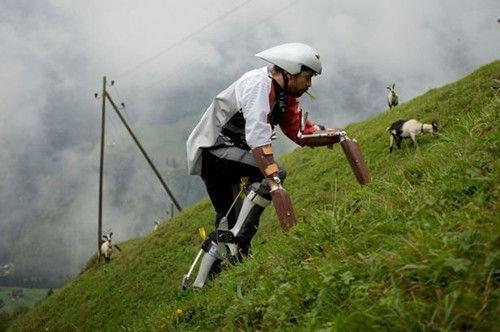 托马斯将机械四肢装在身上以贴近真正的山羊,并在阿尔卑斯山上与众多山羊生活。