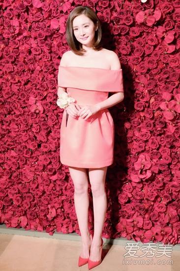粉色一字领设计的连衣裙