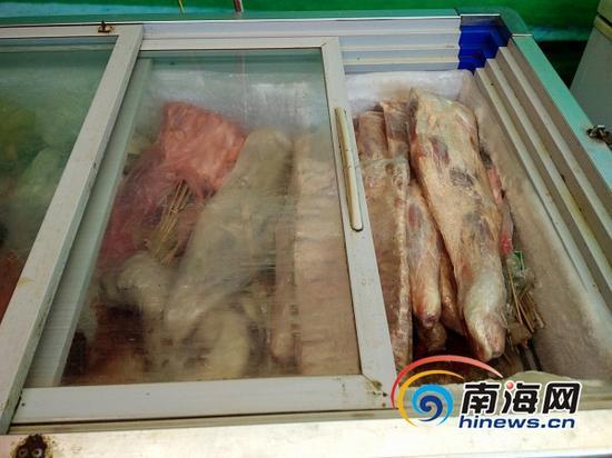 海口金盘夜市一家夜宵店内使用的冻肉制品,店主坦言不清楚来源。(南海网记者姜飞摄)