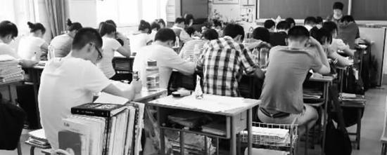 一所学校的高中学生学习场景