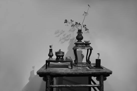 """(十四世紀""""官所""""款獸吐環耳銅瓶/明代青玉螭耳匜杯/明代嵌螺鈿三彎腿台幾)"""