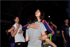 女排低调出征世界杯 惠若琪徐云丽拥抱别队友(图)