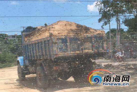 从加乐村出来的运砂车(南海网记者高鹏摄)