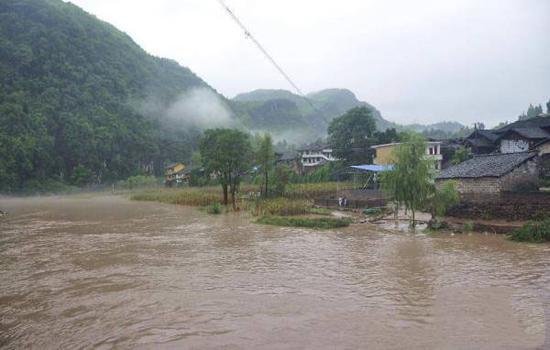 8月18日,贵州省铜仁市松桃苗族自治县寨英镇河堤水位上涨,部分农田被淹