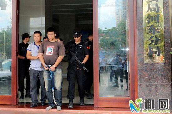 警方押送嫌疑人