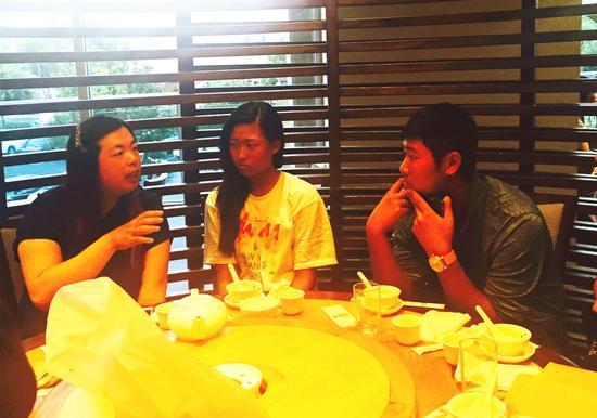 一样身世自广州市高尔夫球青少年队的珊珊向两位师弟妹面授机宜