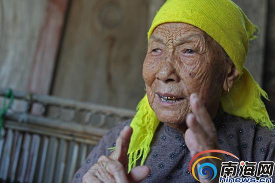 张老桃老人会说一口流利的日语,她十四岁给日本人挑沙子砖头时目睹了日本人暴行。