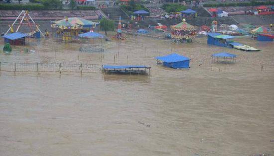 8月18日,贵州省铜仁市松桃苗族自治县松江河水位上涨,导致河边儿童游乐园被淹