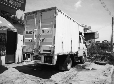 女子给村民的车加油 售卖柴油的货车