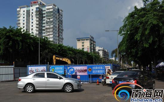 海口市金盘路在修路,施工车辆在施工,立有绕道行驶的标示。南国都市报记者刘孙谋摄