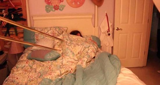 美国老妈恶整赖床女儿 邀请乐队床边演奏当闹钟