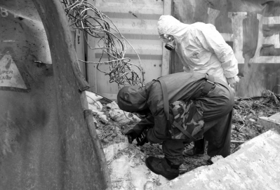 昨天上午,救援人员用便携式设备现场检测疑似危化品。新华社发