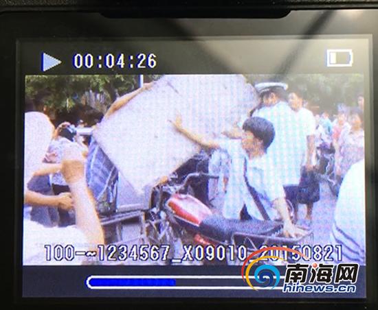 视频显示男子举起木板砸向交警(南海网记者马伟元摄)