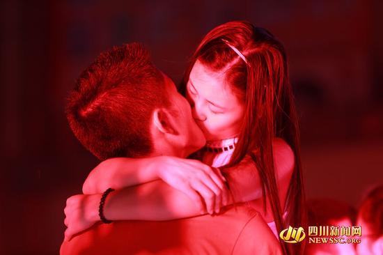 四川多地七夕上演接吻大赛 情侣一吻就是1个多小时