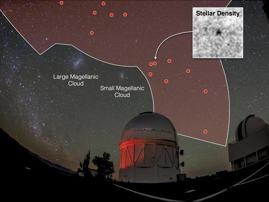 """""""暗能量巡天""""(DES)目前已经利用""""暗能量相机""""对全天的大约1/8天区进行了巡天拍摄(图中红色部分)。这张图展示了今年以来利用DES项目数据发现的17个疑似银河系卫星星系的分布地图"""