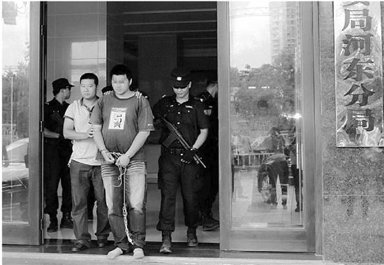 嫌犯被警方抓捕归案。通讯员 罗佳/摄