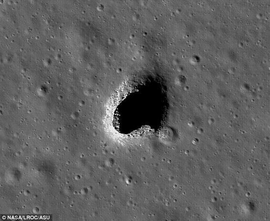 古代火山形成了星罗棋布的熔岩沟道,它们存在于月球的表面。上图显示的就是一个上顶凹下去的沟道入口。未来的目标就是让月球地下的洞穴成为宇航员避开极端温度和辐射的基地。