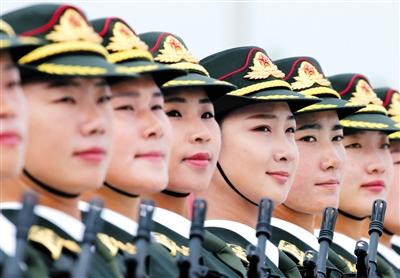 北京城郊某训练基地,参加中国人民抗日战争暨世界反法西斯战争胜利70周年阅兵的万名官兵进行最后的冲刺训练。图为参训女兵在阅兵村进行训练。新华社记者 李刚 摄