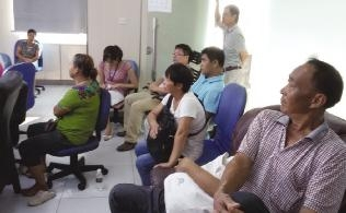 工人聚集东坡置业公司总部讨薪