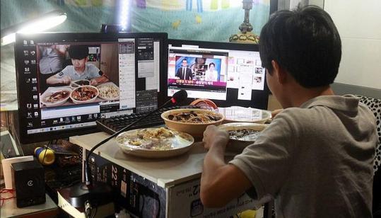 金成镇是一个瘦小的14岁少年,网名Patoo