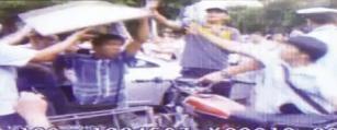 视频截图:男子拿木板砸交警