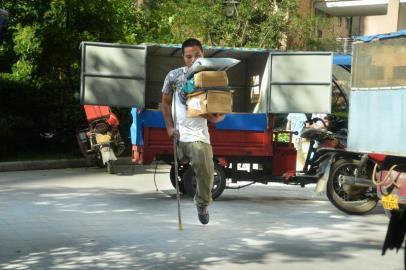 8月20日,李洪军在龙泉驿区怡和新城C区送快递