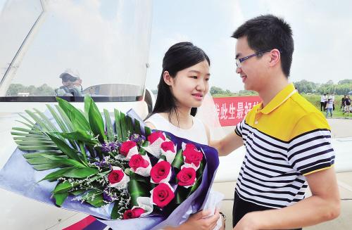 宋同学将一束玫瑰送到女友小芦的手里。 均为长沙晚报记者 贺文兵 摄