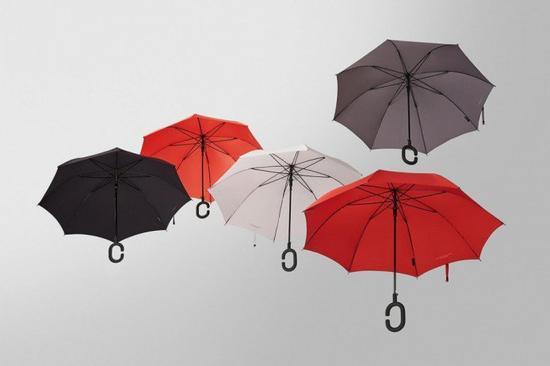 炎热的夏天经常下雨,如果你是手机不离手,相信应该会体验过一边打伞,一边玩手机的困难之处。韩国电讯商KT旗下的kt design设计了一款Phone-brella雨伞,顾名思义就是让用户一边打伞,一边可以继续玩手机。   Phone-brella和一般雨伞设计无异,但就在手柄上稍作修改。手柄设计成环状,让用户的手可以穿过,无须拿着伞柄都可以撑伞,空出来的手就可以继续揿手机。Phone-brella取得了红点设计奖,有5种颜色选择,现在以限量礼物方式赠送予KT的客户,还没有对外公开发售。