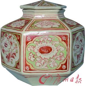 红绿彩《花开富贵纹》六棱盖罐