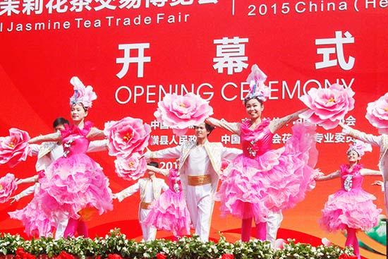 第九届全国茉莉花茶交易博览会、2015年中国(横县)茉莉花文化节隆重开幕。图为开幕式歌舞表演