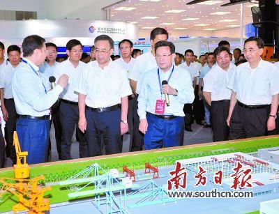 22日,胡春华、朱小丹在珠海出席首届装洽会开幕式并视察展馆。王辉 罗文清 摄