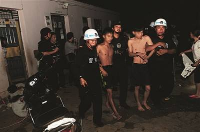 警方深夜突袭村庄将嫌疑人成功抓获
