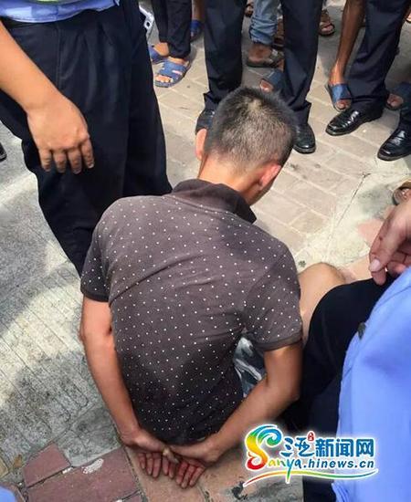 """三亚涉嫌""""毒驾""""的乐东男子被警方控制。(三亚新闻网记者沙晓峰摄)"""