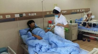 医院护士正在检查受伤工人的身体状况。 毛玉婷摄