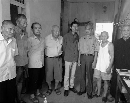 """潘国平(右四)和几位""""温岭惨案""""受害人代表。"""