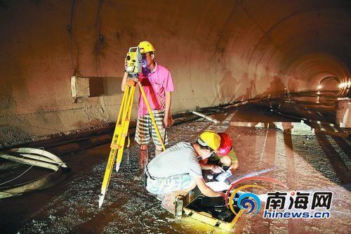 三亚红沙隧道贯通,预计明年春节前可实现功能性通车。本报记者武威通讯员向天摄