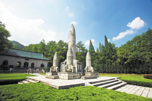 松柏掩映中的南岳忠烈祠是一座仿南京中山陵形式建造的宏伟陵墓,于1938年筹建,1942年落成,是我国纪念抗日阵亡将士的大型烈士陵园。