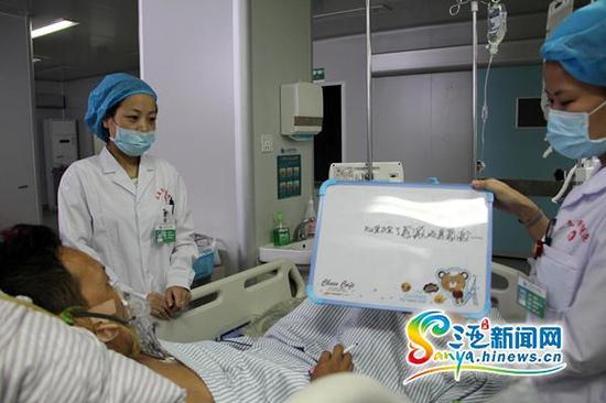 病人由于尚未痊愈不能说话,他在写字板上写下感谢语。(三亚新闻网记者邓松摄)    南海网三亚8月24日消息(南海网、三亚新闻网记者 邓松 通讯员 刘伟)来自湖北的打工