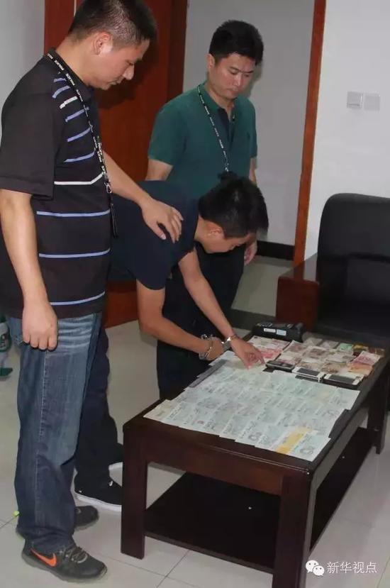 深圳市公安局宝安分局经侦大队的队员在宝安区西乡街道的某处住所内抓获犯罪嫌疑人和现场搜查物证