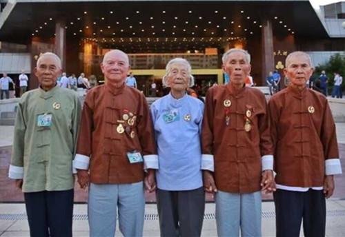 抗战老英雄北京合影(左起:谢升学、符启翠、林玉兰、苏章绂、林芳武)