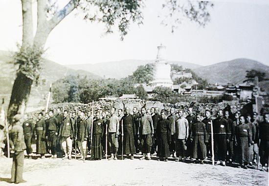 1937年,五台山僧侣自卫队在训练中 沙飞摄(王雁提供)
