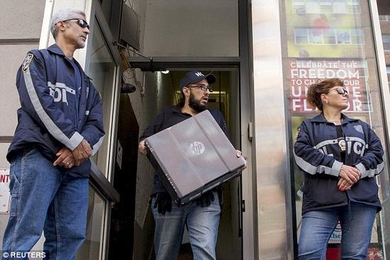 (国土安全部和纽约警察局参与突袭RentBoy网站在曼哈顿第五大道的办公室。)