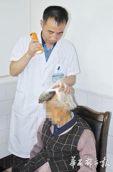 医生为老人检查。