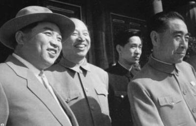 1959年10月1日,建国10周年阅兵,周恩来、金日成在天安门城楼。 (资料图片)