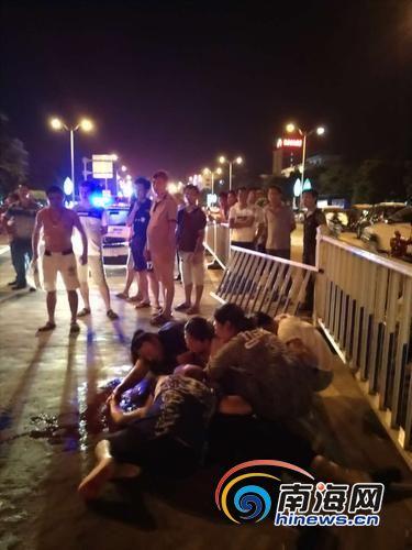 车祸现场,遇难者家属痛不欲生。南国都市报记者石祖波摄