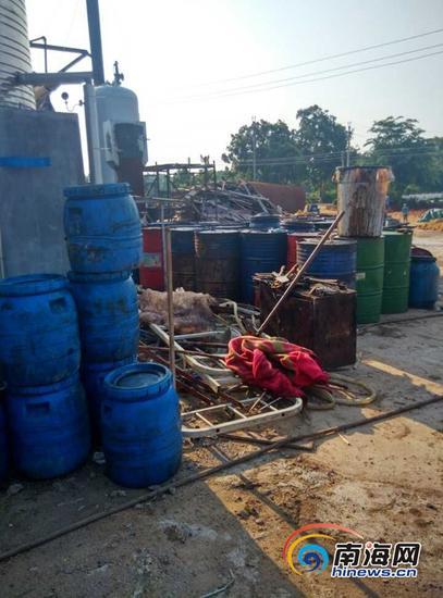 地沟油加工现场的油桶(南海网记者姜飞摄)