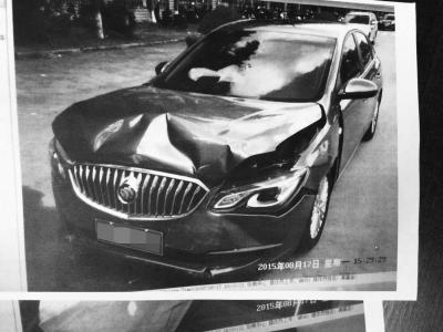 试驾车被撞凹(图片均为记者翻拍)
